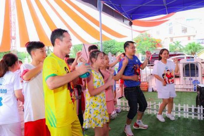 Trẻ em được gặp gỡ thần tượng, tham gia các trò chơi vận động, quà tặng hấp dẫn